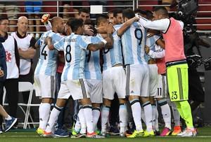 Angel Di Maria celebra con sus compañeros la victoria de Argentina contra Chile.