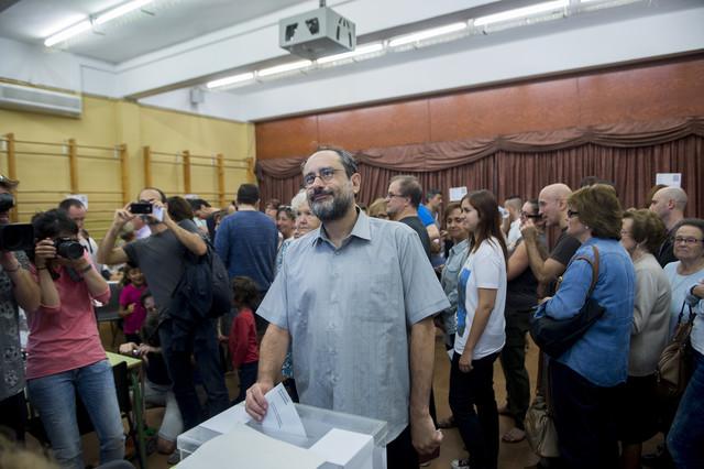 Antonio Baños, de la CUP, vota en el colegio Timbaler del Bruc de Barcelona.