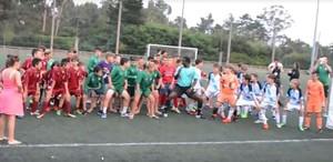 """El árbitro que hace bailar a los niños en torneos de fútbol: """"Waka waka"""""""