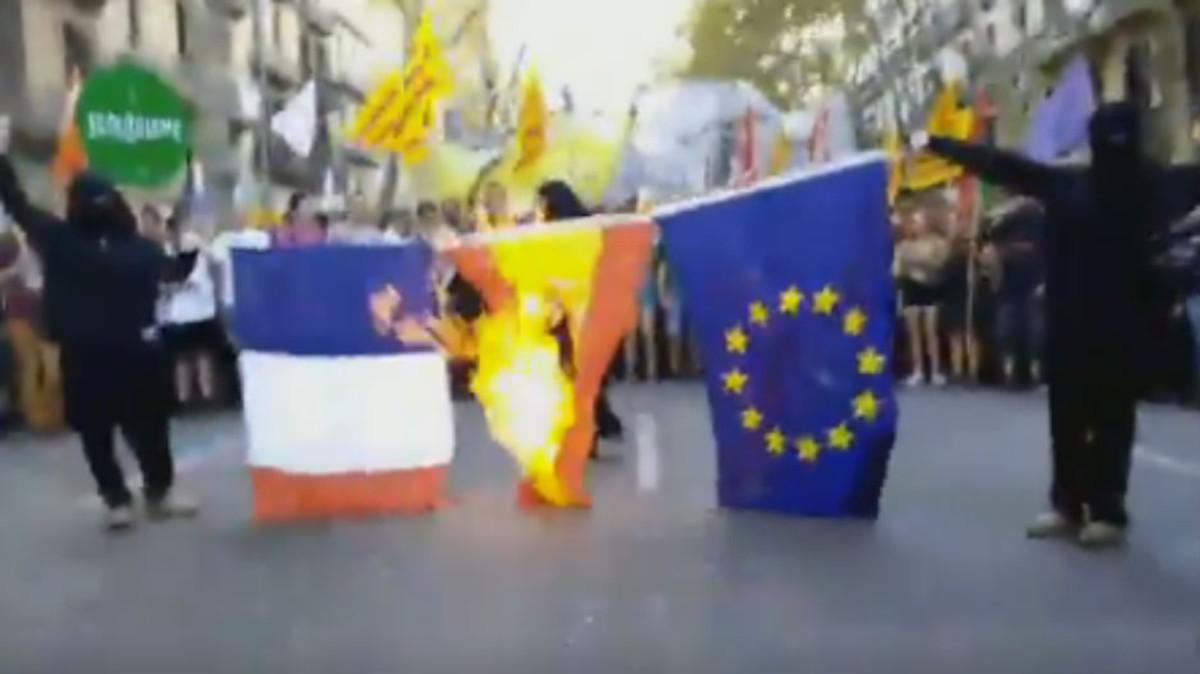 Quema de banderas en la manifestación de la Esquerra Independentista con motivo de la Diada.