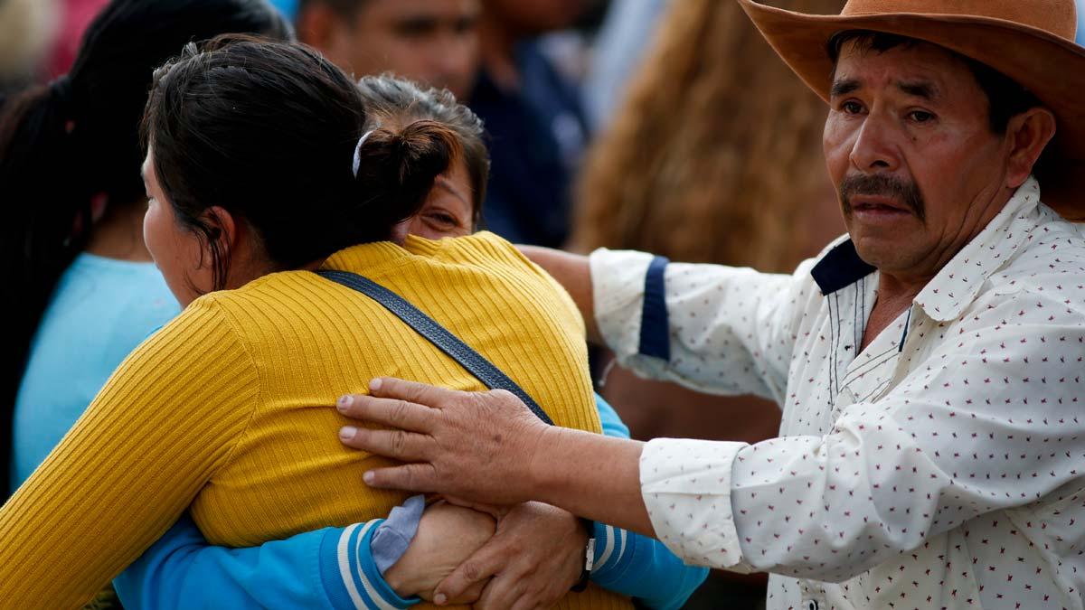 Ascienden a 73 los muertos en la explosión por robo de gasolina en México. En la foto, familiares de uno de los fallecidos.