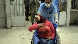 Una mujer ingresa con síntomas de asfixiaen el hospital Al-Razi, en el norte de Alepo.