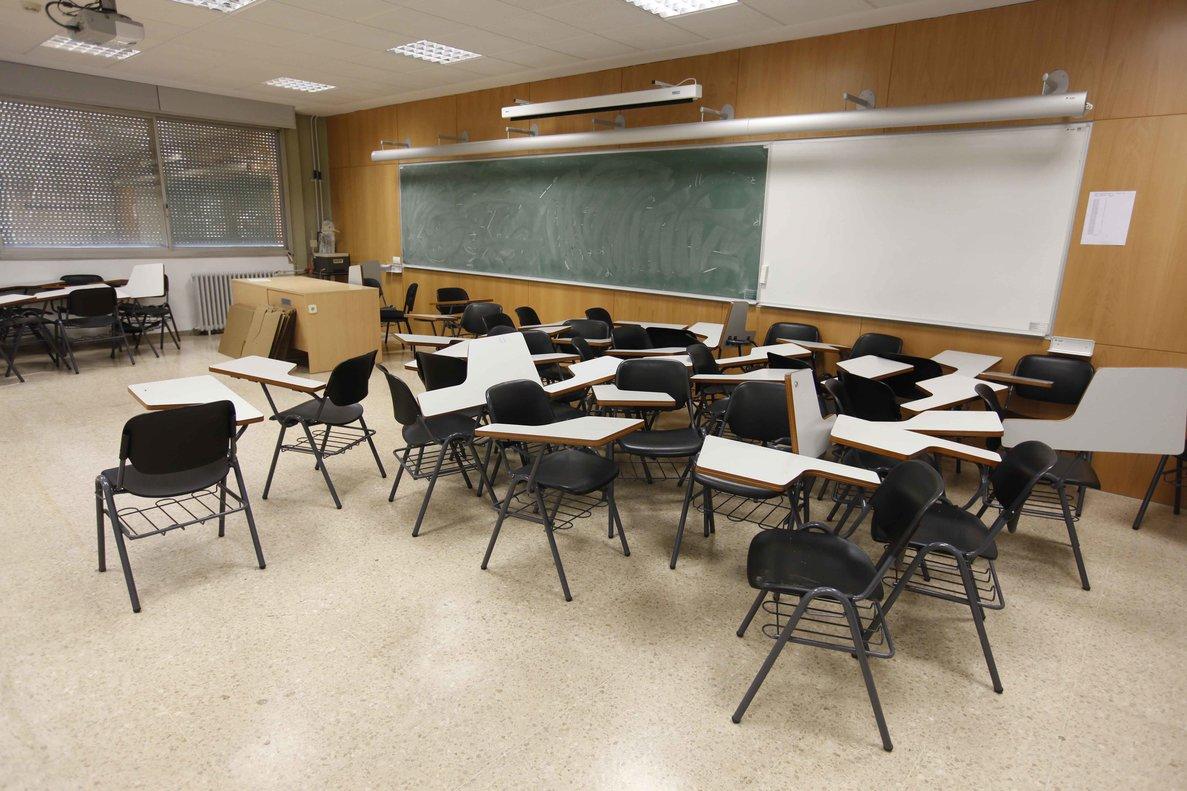 Un aula de la Facultad de Política de la UAB, vacía.