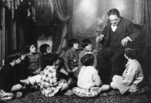 Aureli Capmany explicando cuentos a niños y niñas del Instituto Feminal, donde fue profesor (1925-1932). Archivo URV