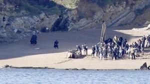 Los actores Peter Dinklage y Liam Cunningham, en el rodaje de Juego de tronos,en el municipio vizcaino de Barrika.