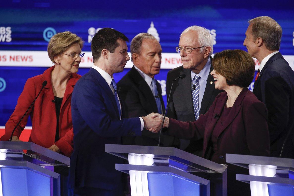 Bernie Sanders, rodeado por Elizabeth Warren, Pete Buttigieg, Mike Bloomberg, Amy Klobuchar y Tom Steyer, al final del debate de este martes en Charleston.