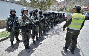 Operativo policiaco en la Embajada de México en Bolivia.