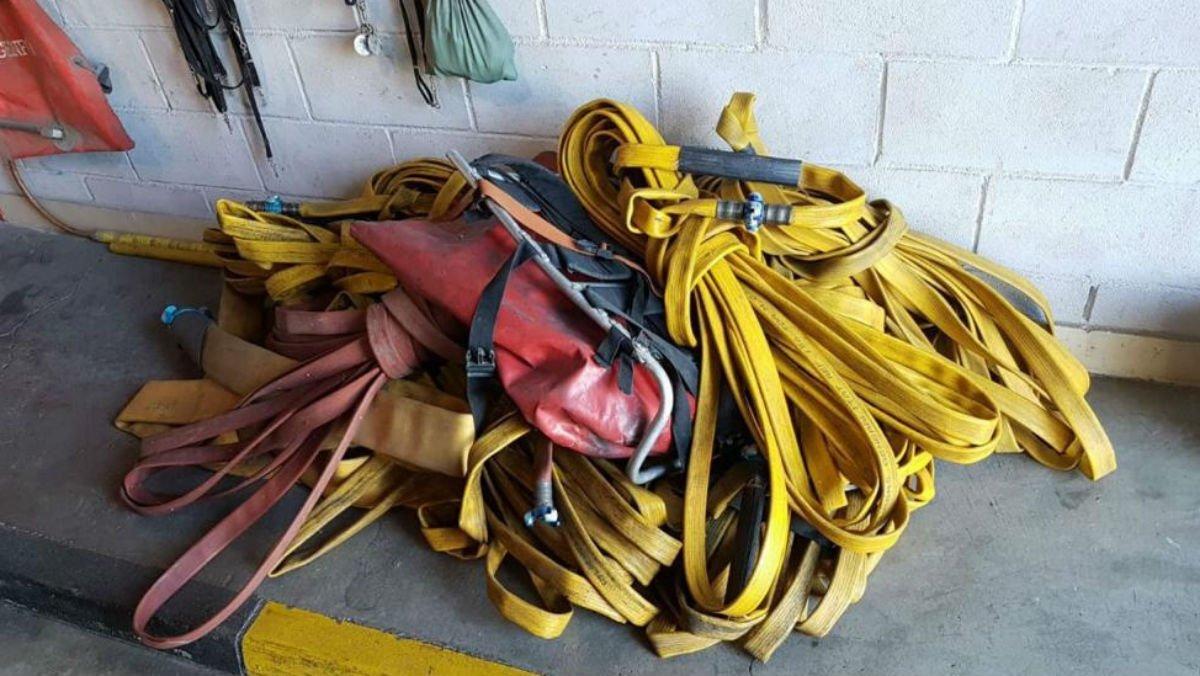 Mangueras de los bomberos de la Generalitat, una pieza clave en escasez desde hace meses.