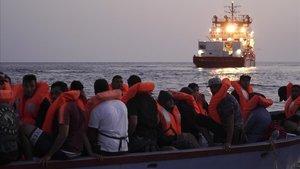 El buque 'Ocean Viking' rescata a 36 migrantes la pasada noche.