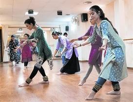 Un grupo de alumnas de Shreya Nag durante una clase de danza en el local de Saragossa, 62.