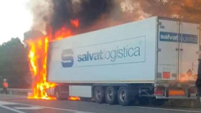 Un camión se incendia en la AP-7 a la altura de L'Arboç. En el vídeo, estado en el que ha quedado el vehículo una vez apagado el fuego.