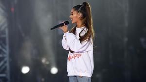 La cantante estadounidense Ariana Grande durante el concierto benéfico 'One Love' en Manchester en honor a las víctimas del atentado terrorista del 22 de mayo.