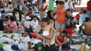 Migrantes hondurenos descansan en la localidad de Mapastepec, en el estado de Chiapas,México.