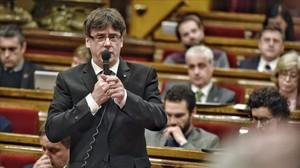 El presidente de la Generalitat, Carles Puigdemont, en la sesión de control en el Parlament.