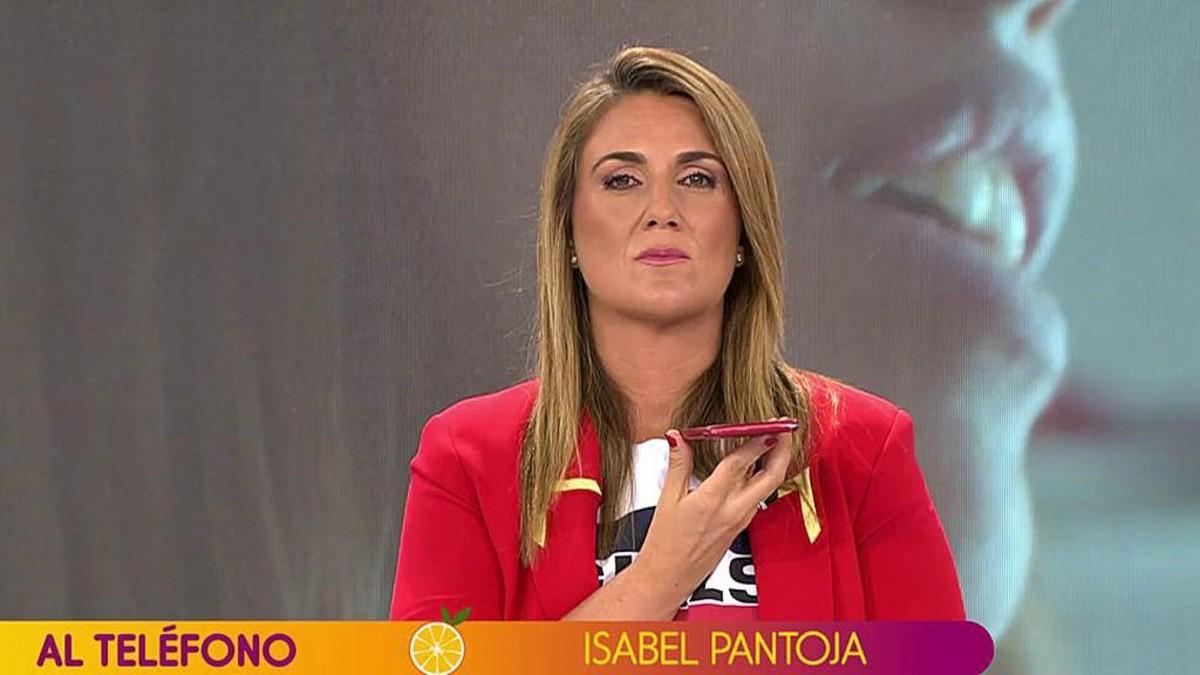 Carlota Corredera hablando con Isabel Pantoja en Sálvame.