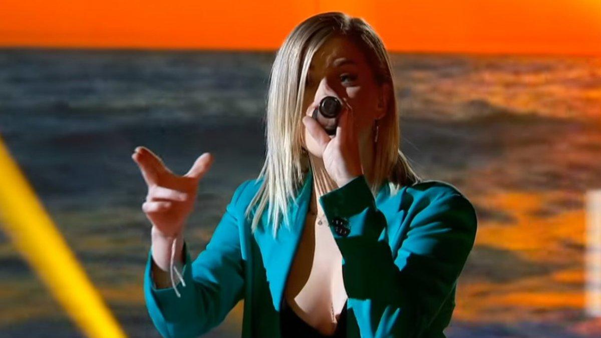 La concursante Samantha durante la interpretación de 'Que tinguem sort' en 'OT'