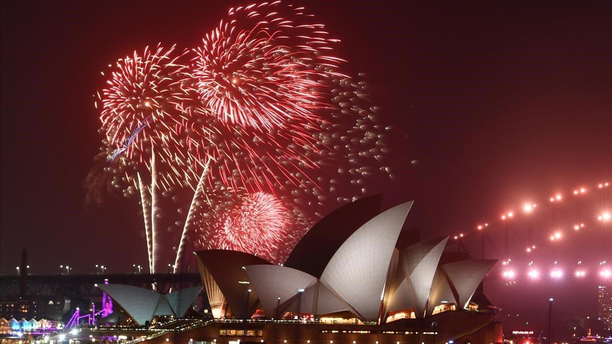 Tradicional espectaculo de fuegos artificiales en el puerto de Sidney como parte de las celebraciones del Nuevo Ano en Australia.