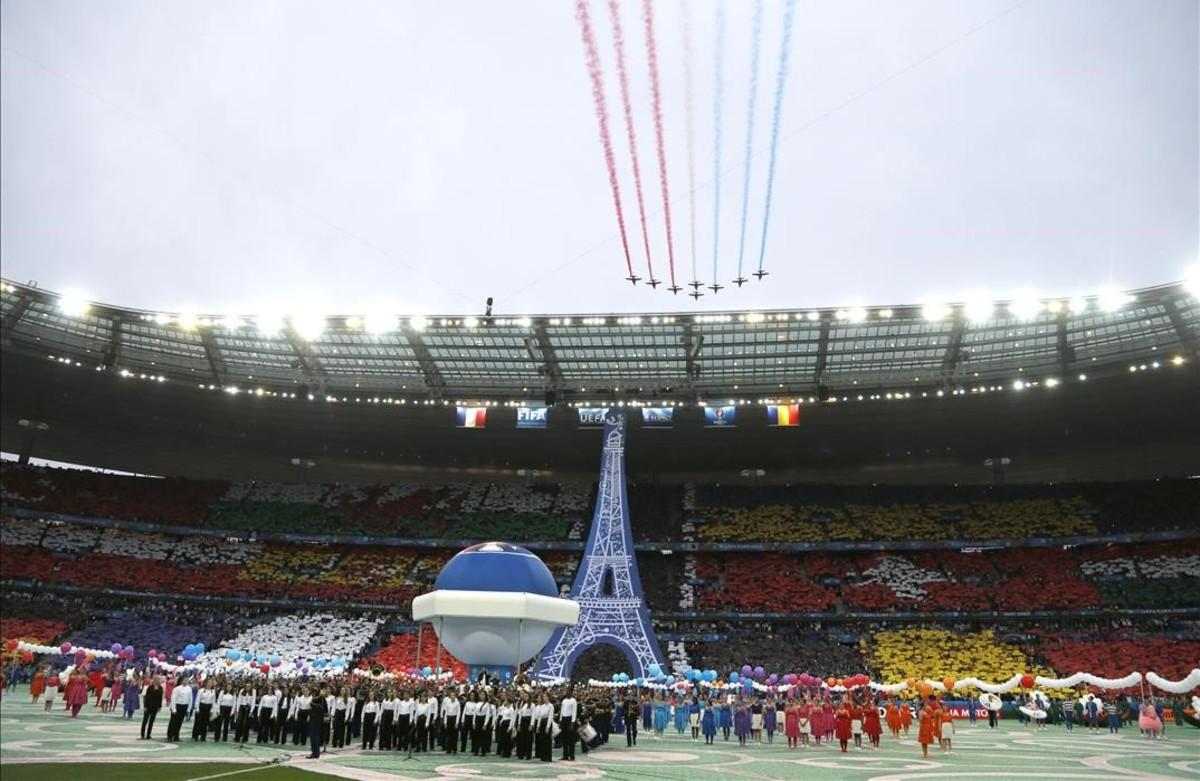 Ceremonia de apertura del campeonato Euro 2016 antes del partido de fútbol del Grupo A entre Francia y Rumania en el Estadio de FranciaSaint-Denis en París.