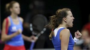 La checa Barbora Strycova (derecha) celebra un punto conseguido junto a su compatriota Karolina Pliskova durante el definitivo partido de dobles de la final de la Copa Federación contra Rusia.