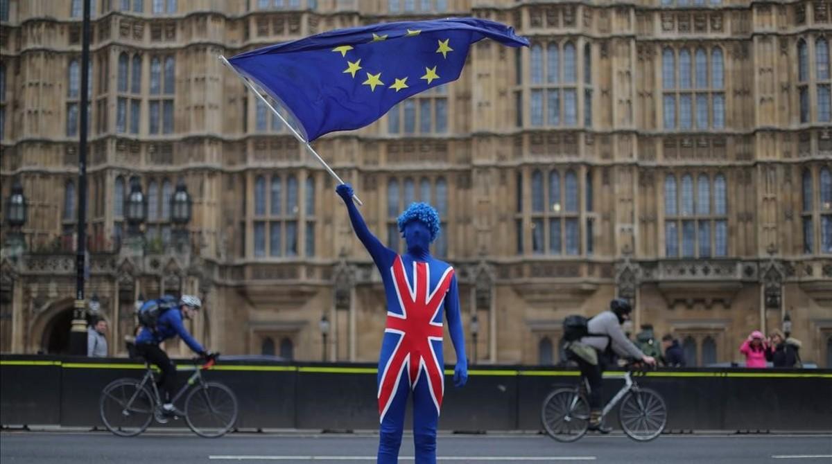 Un ciudadano británico contrario al 'brexit' enarbola una bandera de la UE en Londres.