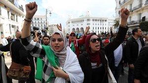 Ciudadanos argelinos gritan consignas y ondean banderas nacionales durante una protesta contra el presidente interino, Abdelkader Bensalah, en Argel.