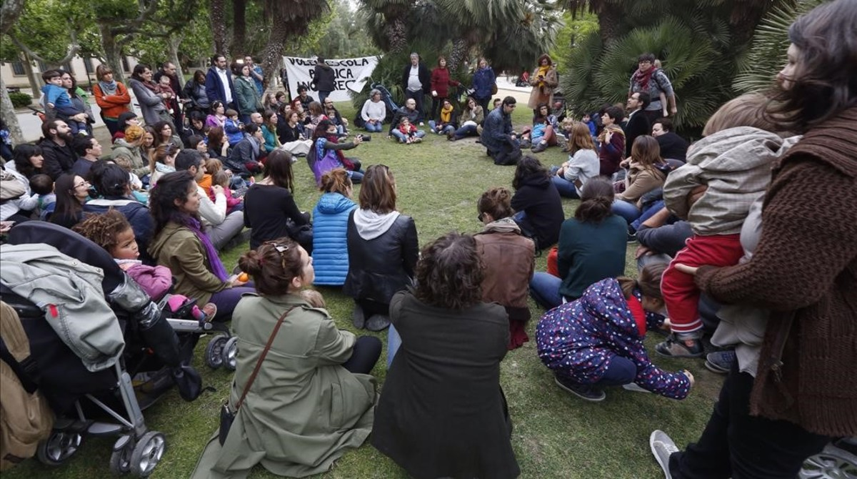 Protesta de familias que se han quedado sin plaza en las escuelas que habían solicitado para sus hijos, este viernes, en el parque de la Ciutadella de Barcelona.