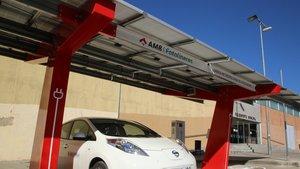 Un coche eléctrico recarga su batería en unafotolinera bidireccional.