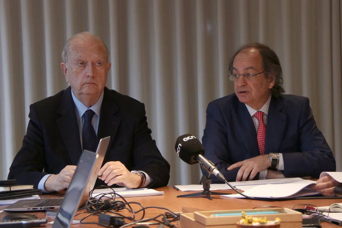 El presidente de Colonial, Juan José Bruguera (i), y el consejero delegado, Pere Viñolas (d), en rueda de prensa.