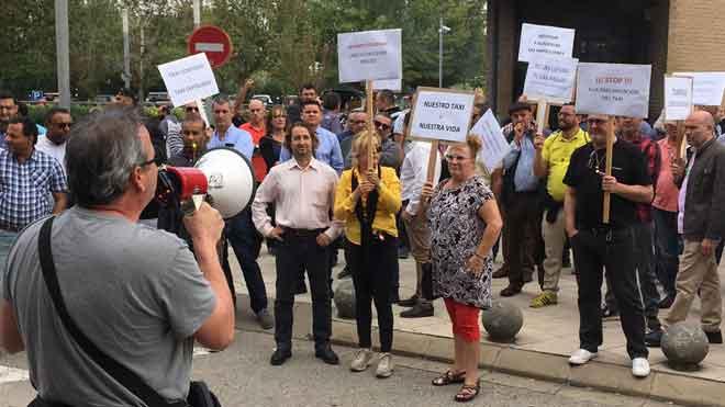 Concentración de taxistas frente a las oficinas del Imet en la Zona Franca para protestar por el cambio de tarifas.
