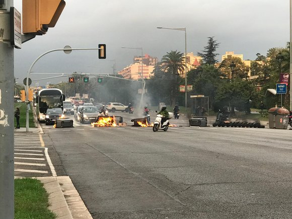 La Diagonal de Barcelona, cortada por la quema de contenedores