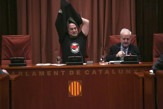 David Fernàndez (CUP) se quita el jersey durante la reunión de la comisión de investigación.