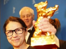 La directora húngara Ildiko Enyedi muestra el Oso de Oro que su película 'On Body and Soul' ha ganado en el Festival de Cine de Berlín.