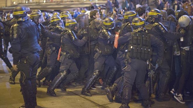 Uns 300 antifeixistes s'enfronten a la policia en diversos punts de la capital.