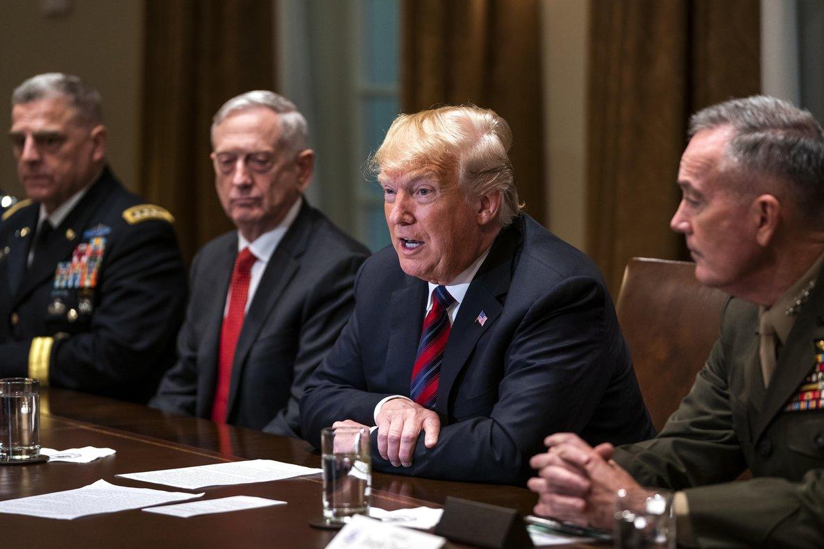 Donald Trump dando declaraciones a los medios de comunicación