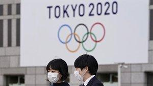 Dos personas frente a la sede del gobierno metropolitano de Tokio.