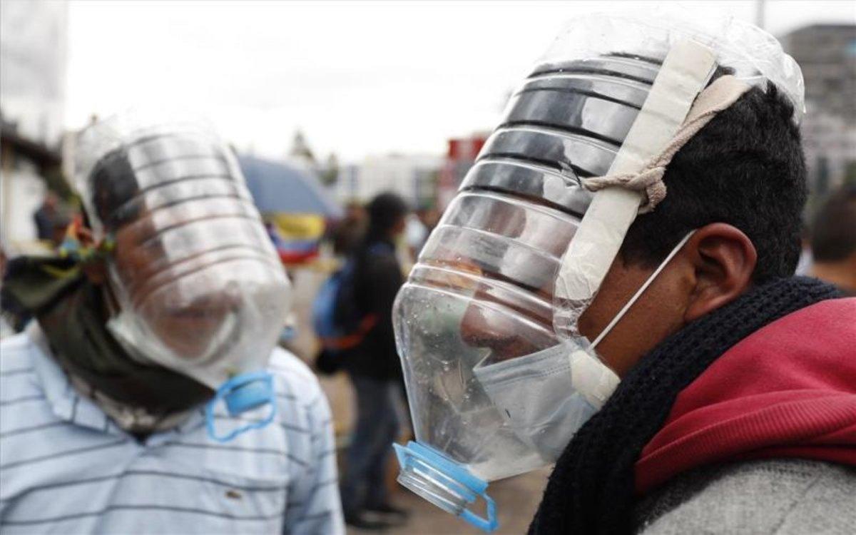 Manifestantes se protegen con máscaras antigases artesanales en Ecuador.