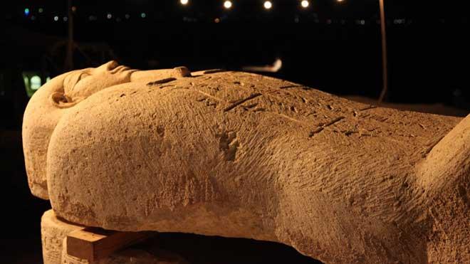 El egiptólogoZahi Hawass descubre en directo una momia egipcia de 2.500 años en el canal Discovery.