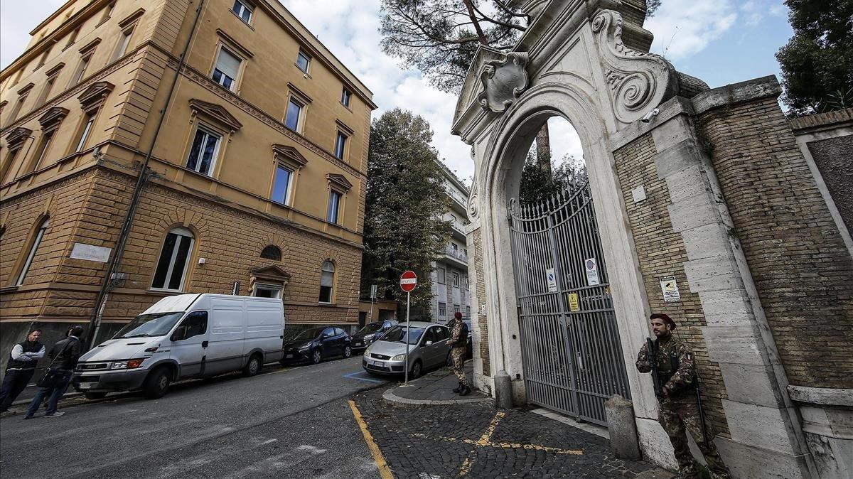 Entrada a la nunciatura de la Santa Sede en Roma.