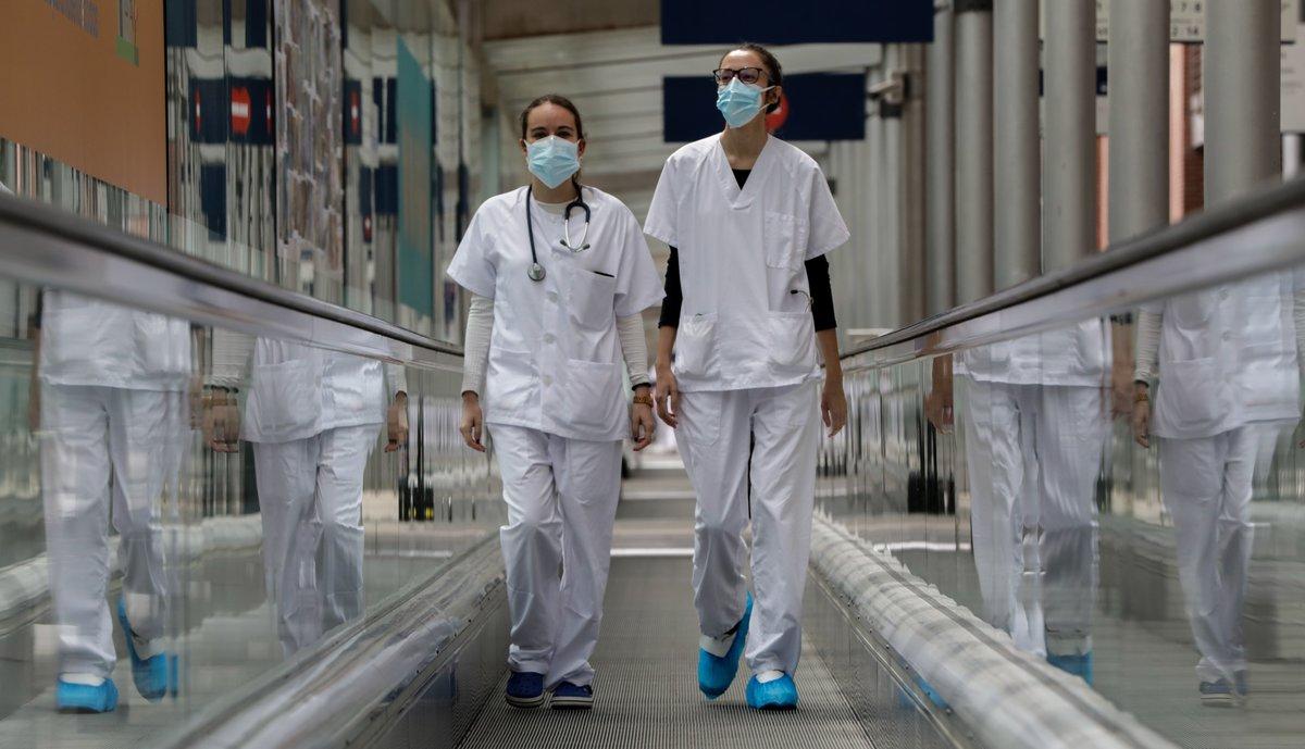 Trabajadores sanitarios del hospital de campaña montado en IFEMA (Madrid).
