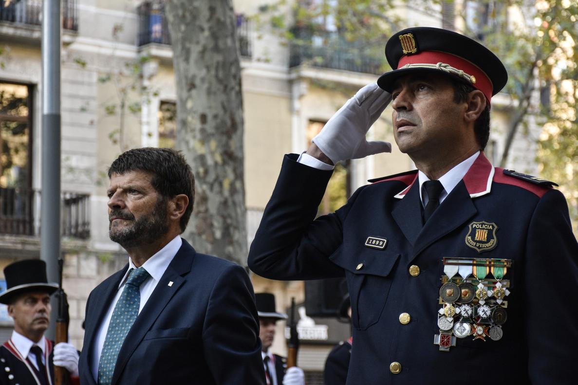Entrega floral de los Mossos d'Esquadra al monumento de Rafael Casanova, con Albert Batlle (izquierda) al frente.