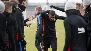Los jugadores del Barça saludan a Rafinha, en su regreso a los entrenamientos.