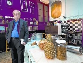 El escritor Enrique Vila-Matas, en el restaurante Semproniana.