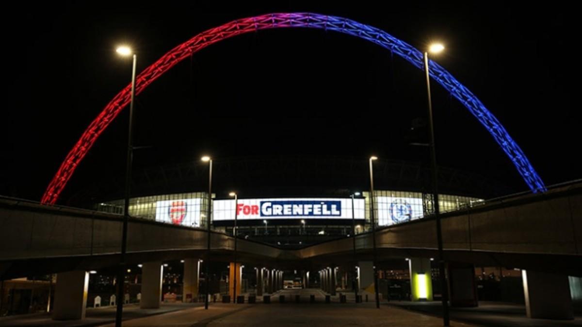 El estadio de Wembley, con los colores de Arsenal y Chelsea y una inscripción en recuerdo de las víctimas del incendio de la Grenfell Tower.