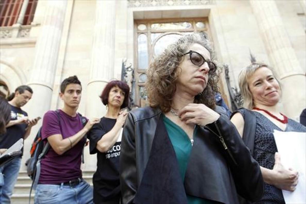 Ester Quintana y su abogada, Laia Serra (derecha), saliendode la Audiencia de Barcelona con la sentencia, el pasado 1 de junio.