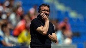 Eusebio Sacristán, preocupado durante el partido que el Girona perdió en Getafe en la última jornada.