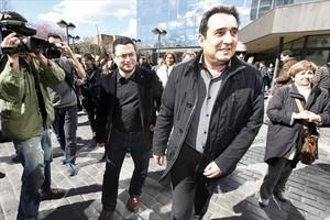 El exalcalde Manuel Bustos (derecha) sale de los juzgados, el 2013.