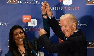 La excandidata demócrata a vicegobernadora de Nevada Lucy Flores presenta al exvicepresidente de los EEUU, Joe Biden, en un mitin en Las Vegas, en el 2014.