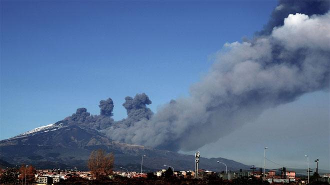 Continua l'erupció de l'Etna amb l'emissió de gasos i tremolors
