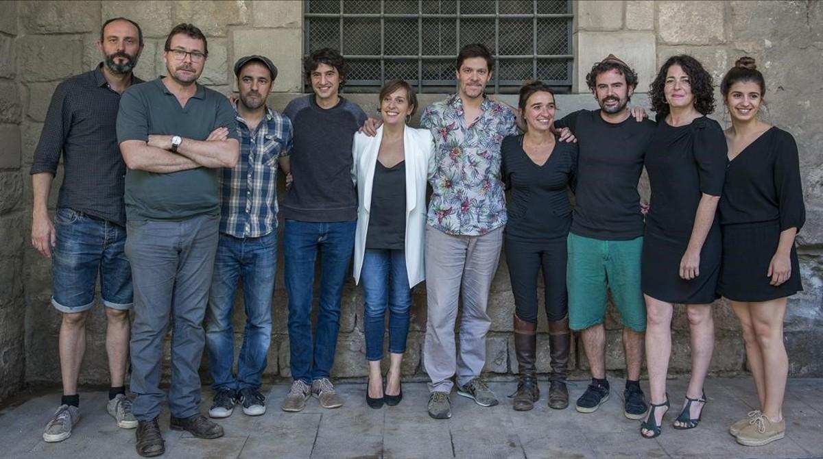 Oriol Broggi, el segundo por la izquierda, junto al equipo de actores y músicos de Bodas de sangre, enfrente del localde La Perla 29 en la Bibioteca de Catalunya.