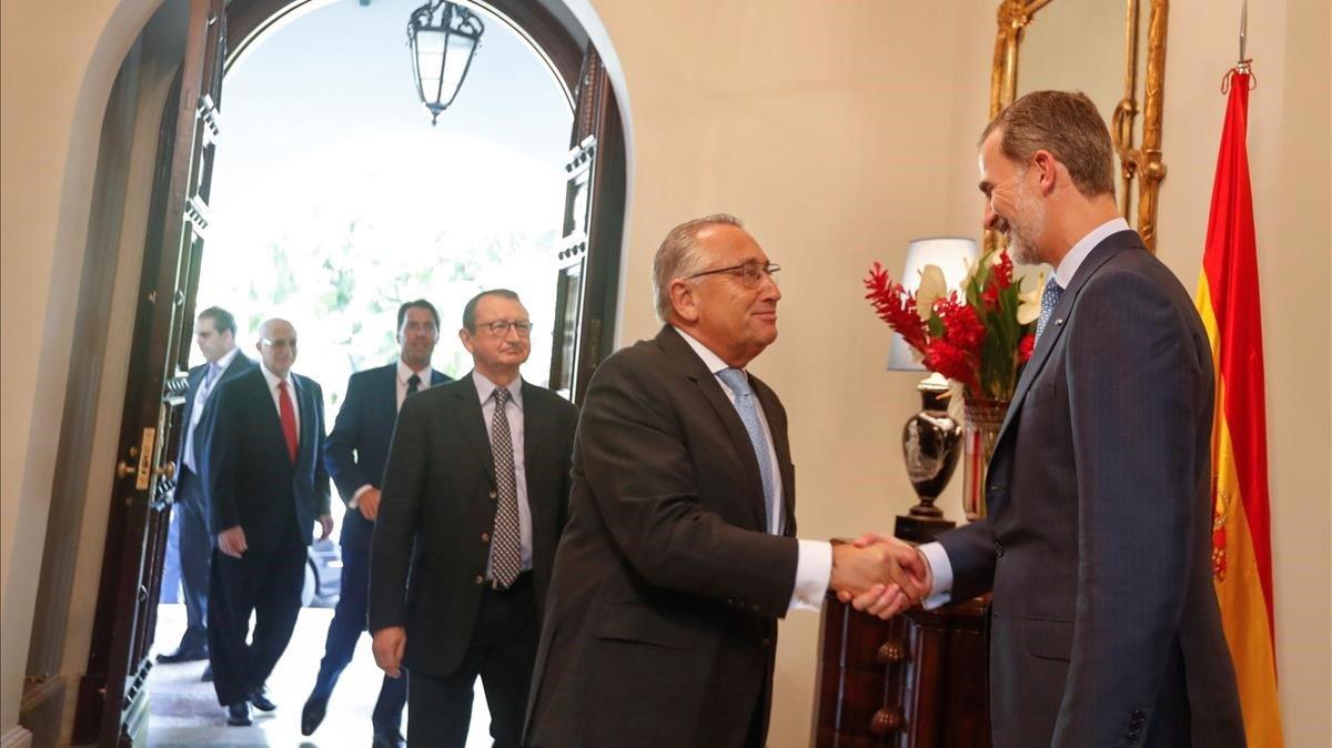 Felipe VI saluda a empresarios españoles, este miércoles, en la residencia del embajador de España en La Habana.